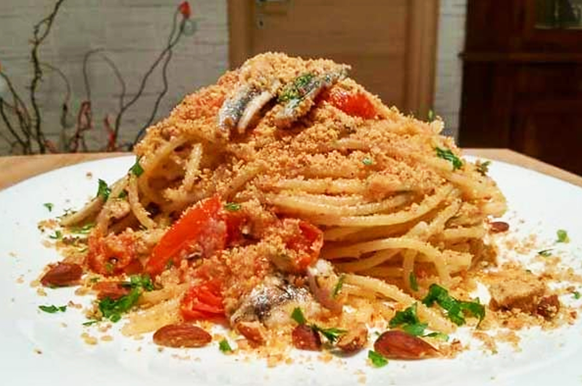 Spaghetti alici, pomodoro e mollica