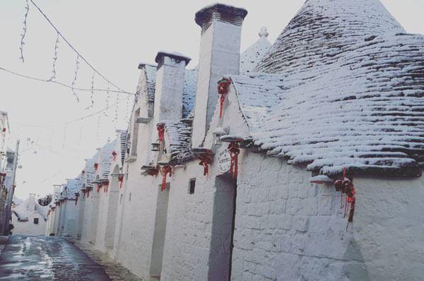 Neve in Puglia, primi fiocchi imbiancano Alberobello tra incanto e storia