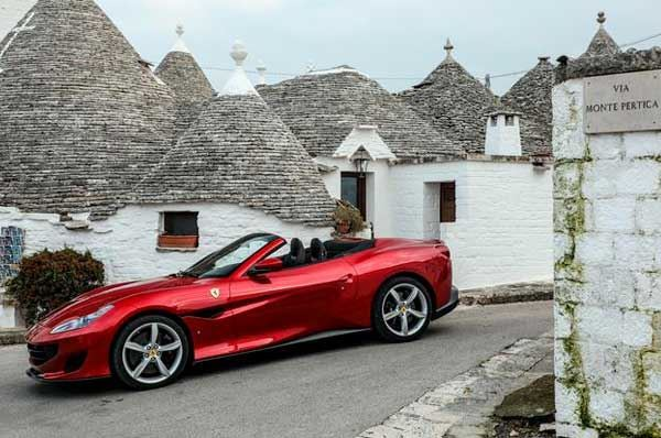 Ferrari tra le vie della Puglia: la nuova Portofino presentata ad Alberobello