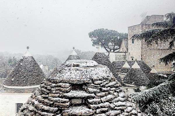 Neve in Puglia ed è subito corsa allo scatto fotografico più bello