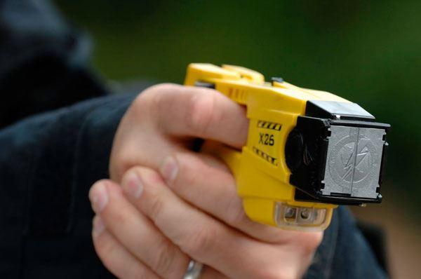 Taser in prova anche in Puglia, a Brindisi 30 poliziotti con pistole elettriche
