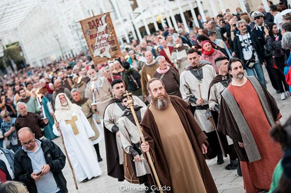 San Nicola fa spettacolo a Bari con il corteo storico