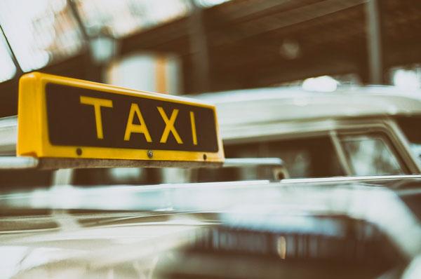 Chiamare il taxi con un'app nella città di Bari adesso si può fare