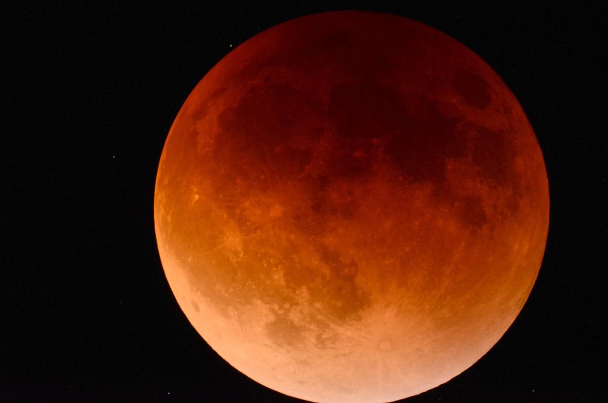 Eclissi di luna, oggi tutto il mondo e anche la Puglia con il naso all'insù