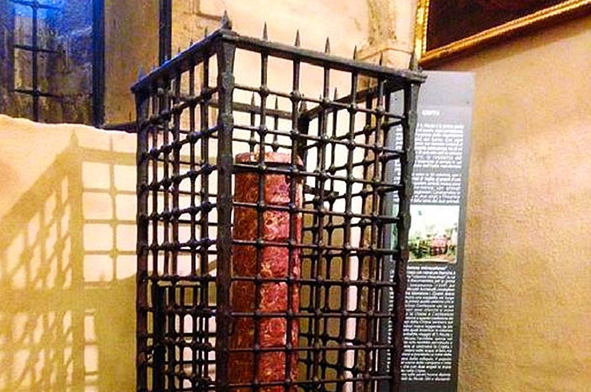 Colonna Miracolosa, il pilastro rosso nascosto nella chiesa di San Nicola