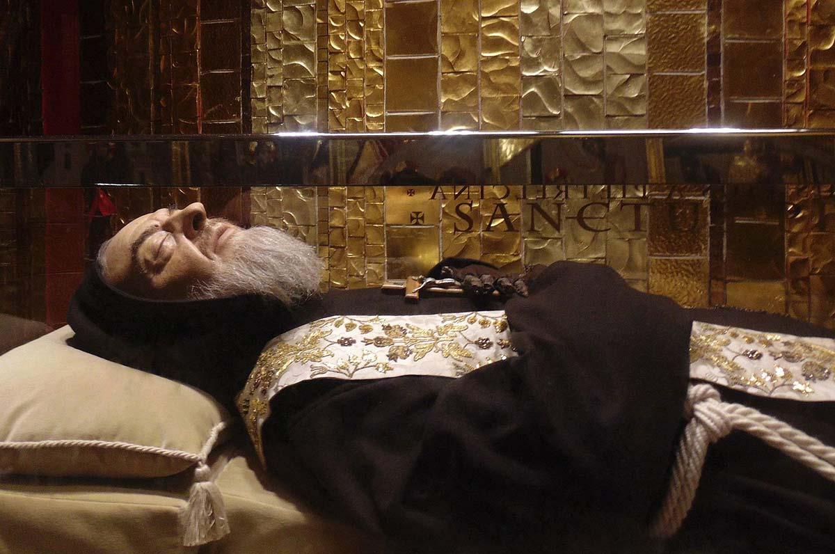 Padre Pio, l'abito che indossò quando ricevette le stimmate ad Assisi