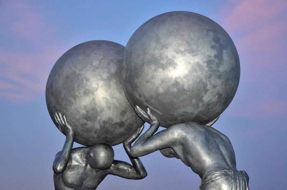 Incontro al vertice, la scultura che si erge sul lungomare di Manfredonia