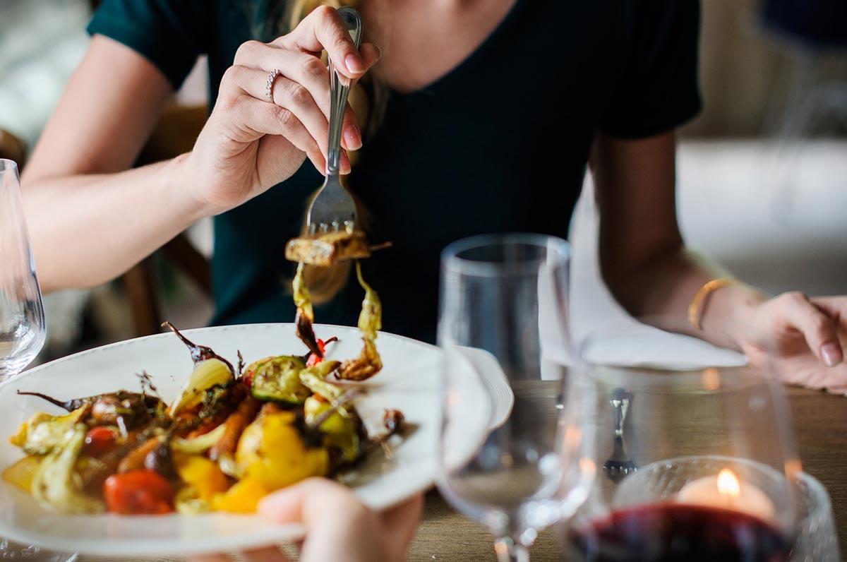 Mangiare in Puglia, i luoghi che non ti aspetti: dalle grotte ai trabucchi