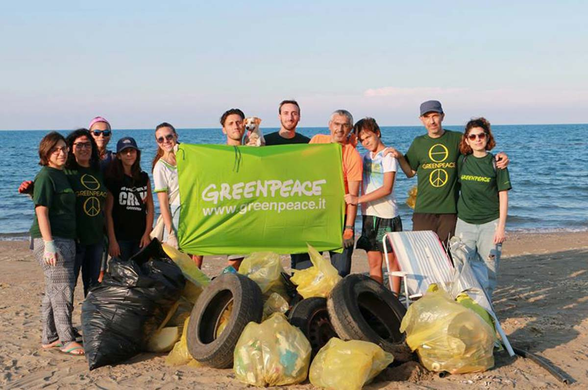 Greenpeace a Barletta raccolta plastica e brand audit del gruppo locale