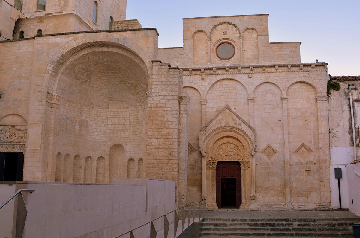 Monte Sant'Angelo, meta di pellegrinaggi per fedeli, regnanti e santi