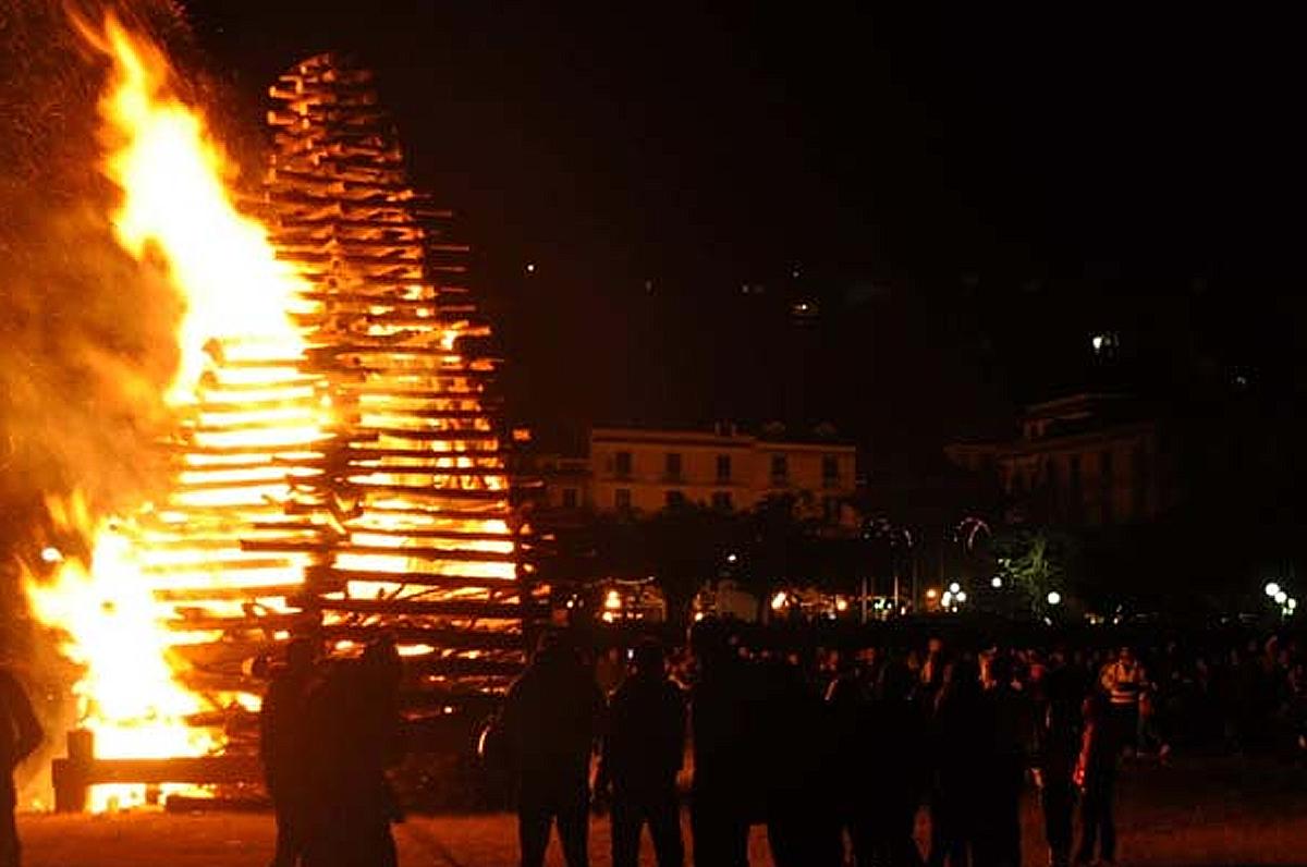 Il tradizionale falò dell'Immacolata, folclore in tutta la Puglia