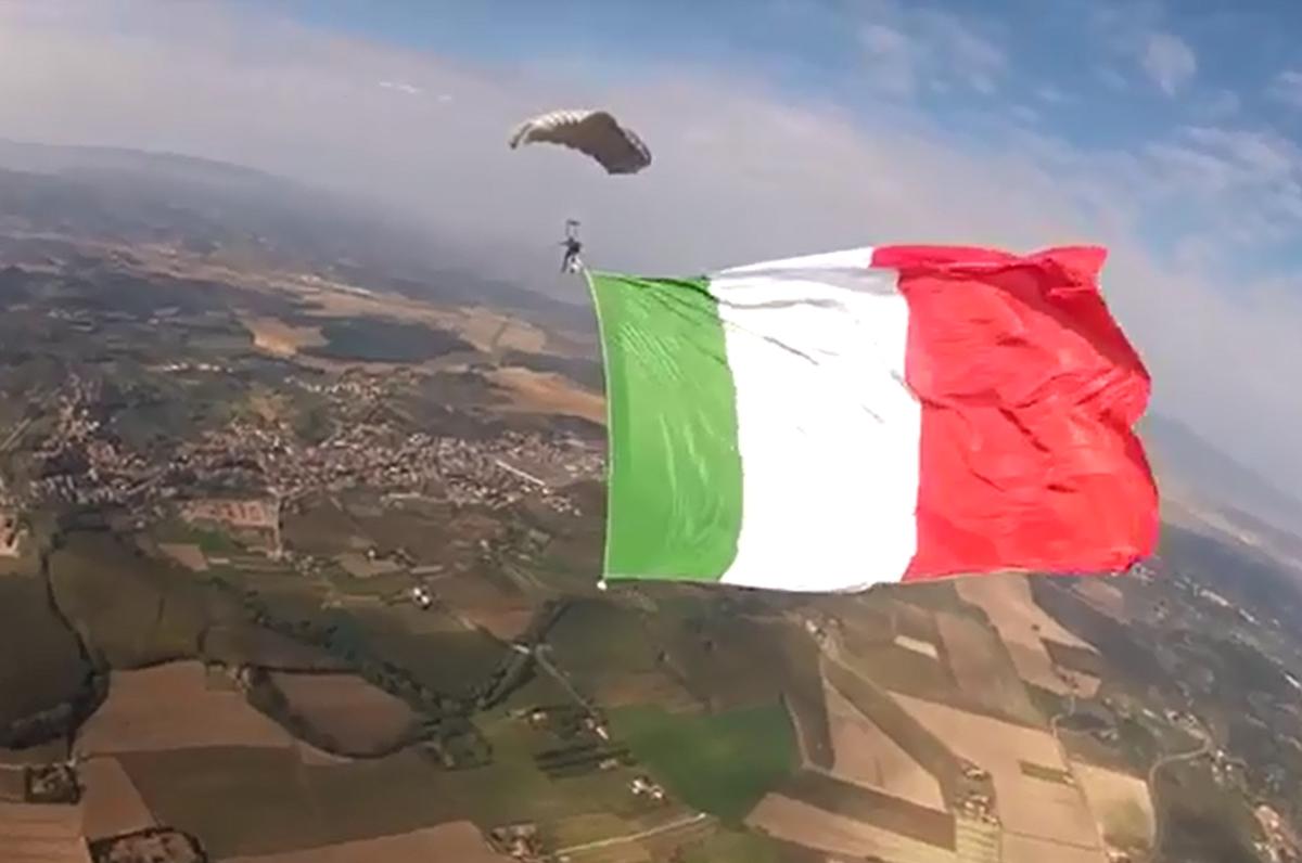 Paracadutisti d'Italia pronti al lancio con il tricolore da record