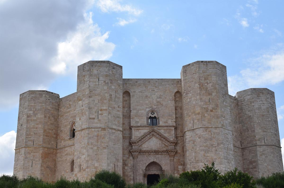 Castel del Monte, la storia dietro la bellezza
