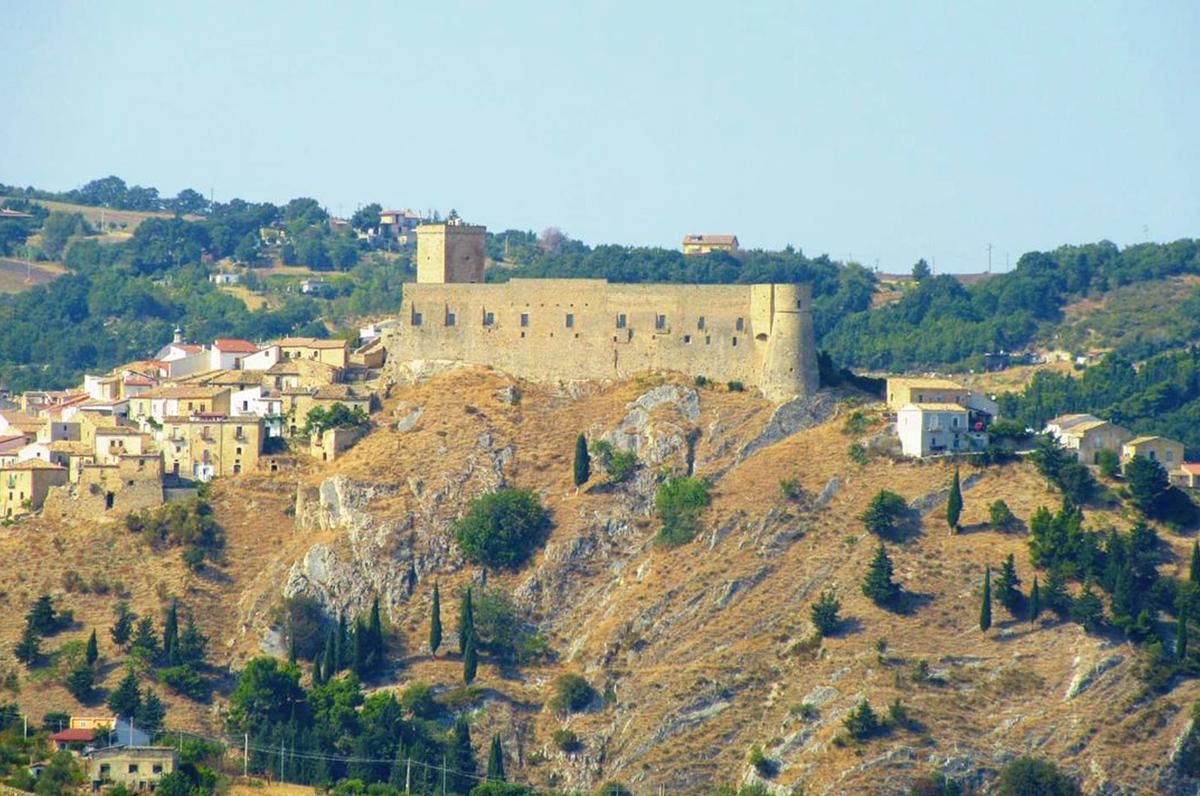Castello di Deliceto, storia della fortezza che predomina la città