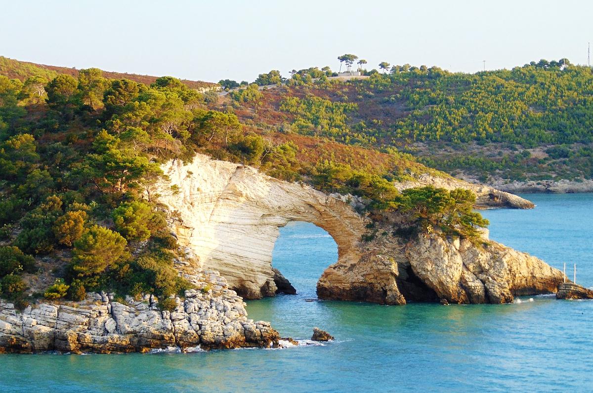 Baia San Felice e l'incantevole arco naturale del Gargano