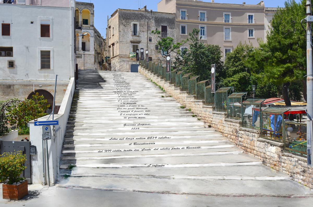 """Bisceglie, scalinata con i versi de """"L'infinito"""" in omaggio a Leopardi"""