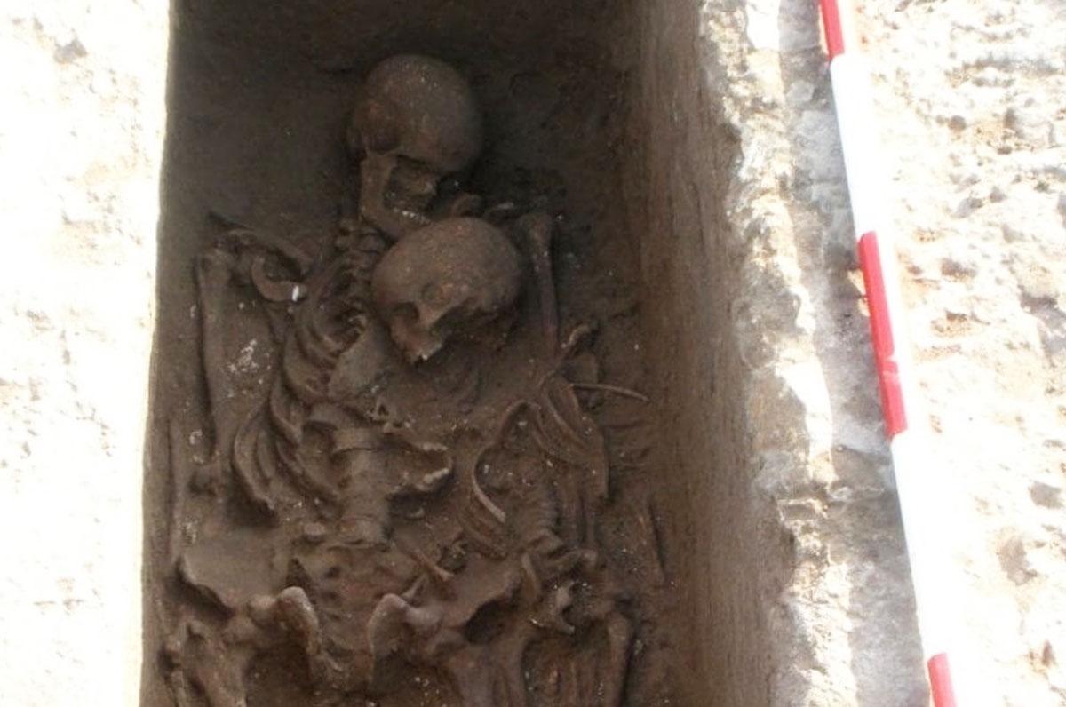 Roca, nella necropoli due corpi abbracciati da oltre 2500 anni