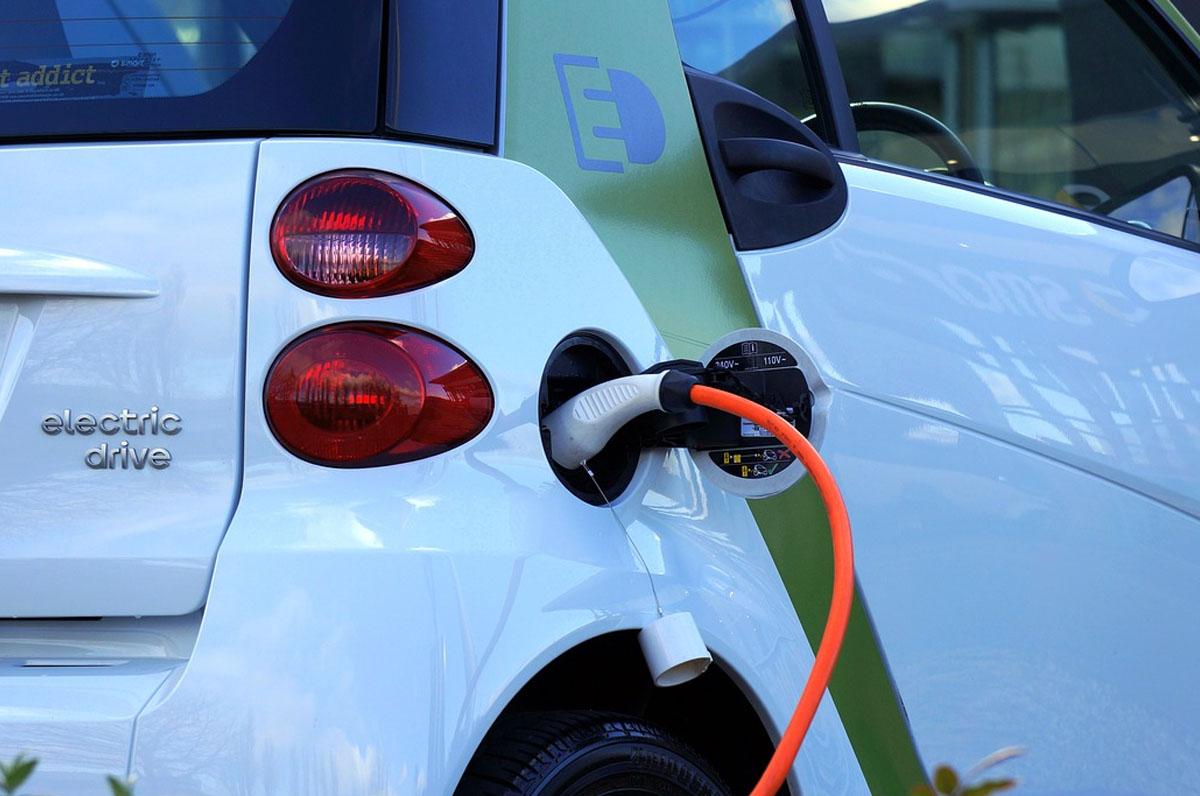 Auto elettriche, in Puglia bando da 50mila euro per punti di ricarica