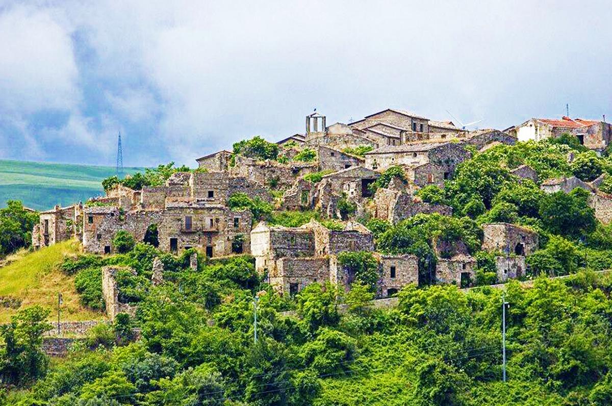 Rione Fossi di Accadia, la città fantasma di Puglia