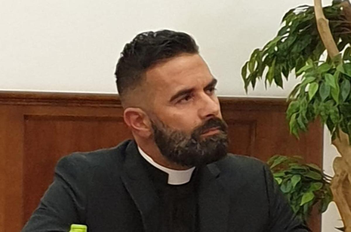 Cosimo Schena, il prete-poeta che sta spopolando su Spotify