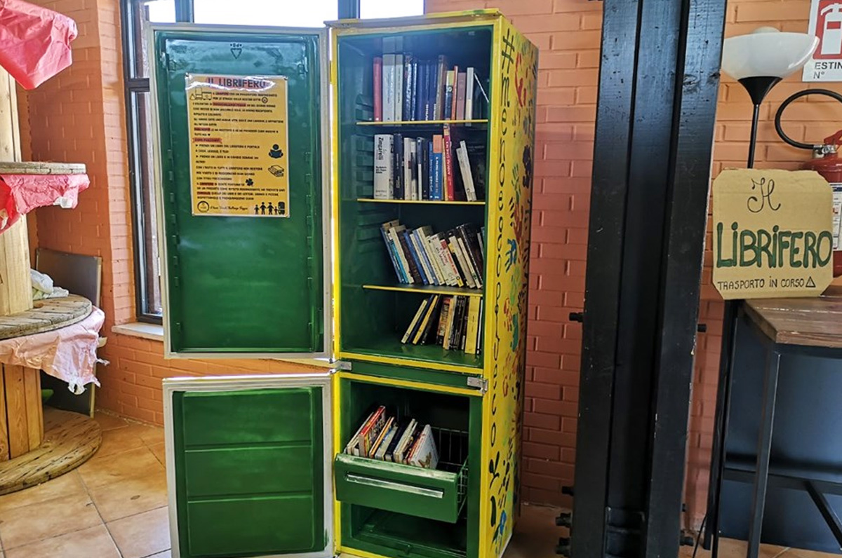Librifero: a Foggia un frigo abbandonato si è trasformato in liberia