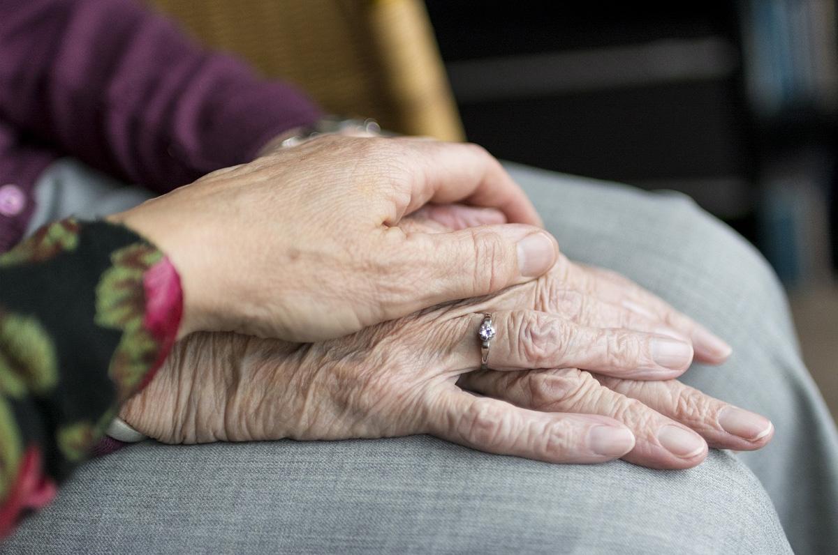 In casa per derubare 83enne, lei si sente male e lui la soccorre