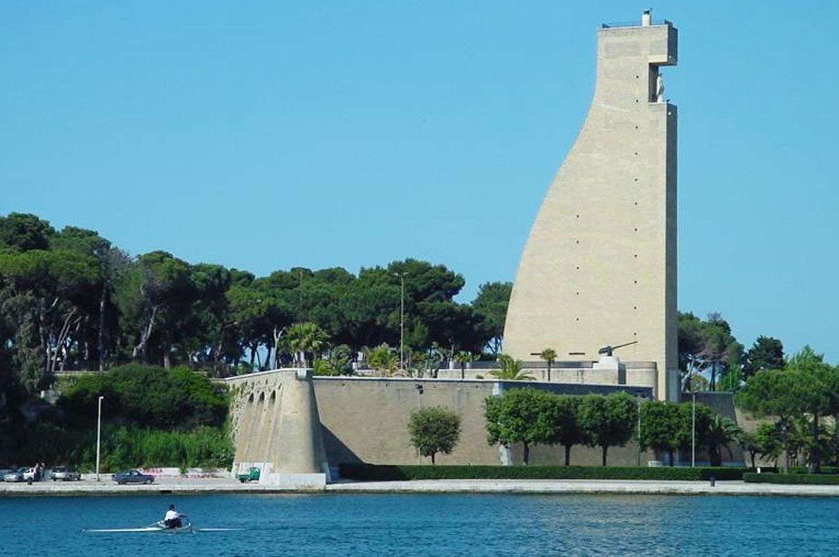 Monumento al Marinaio, omaggio ai caduti nel porto di Brindisi