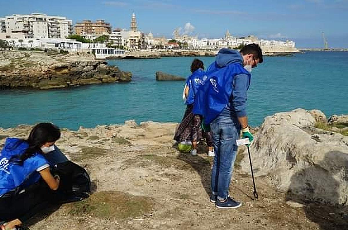 Cala Porto Rosso e Cala Porto Bianco di Monopoli, pulizia spiagge