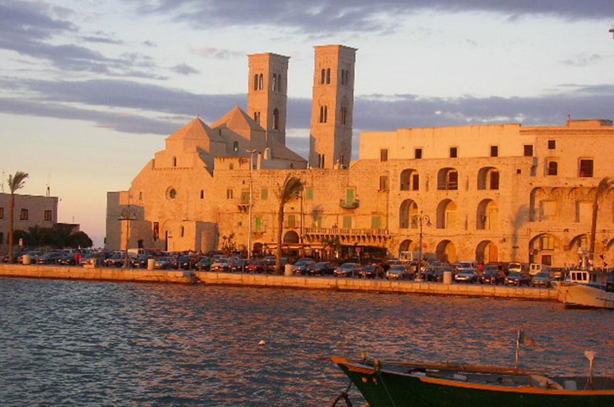 Duomo di San Corrado di Molfetta, chiesa romanica vicina al mare