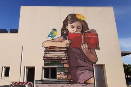 Leverano, bambina che legge