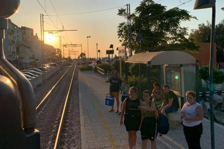 Gargano, treno sotto l'ombrellone