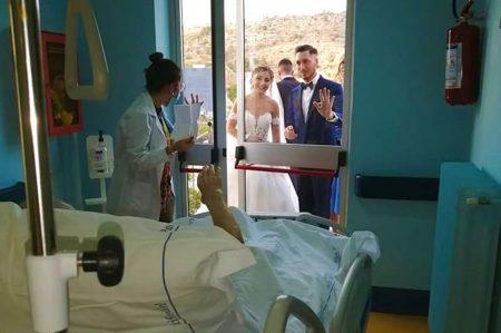 Sposi vanno a trovare il nonno in hospice